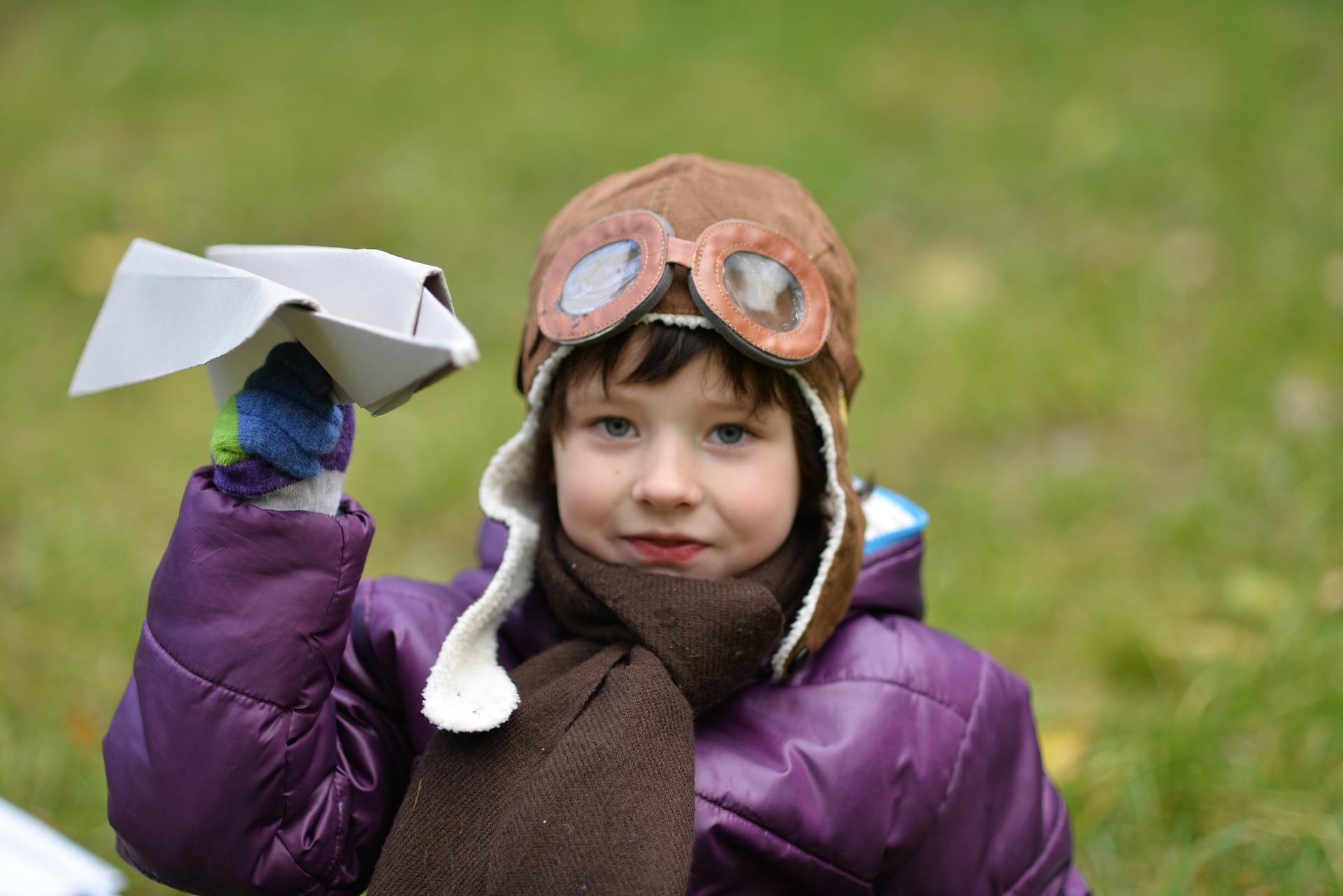 Der Traum vom Fliege, Kind mit Papierflieger