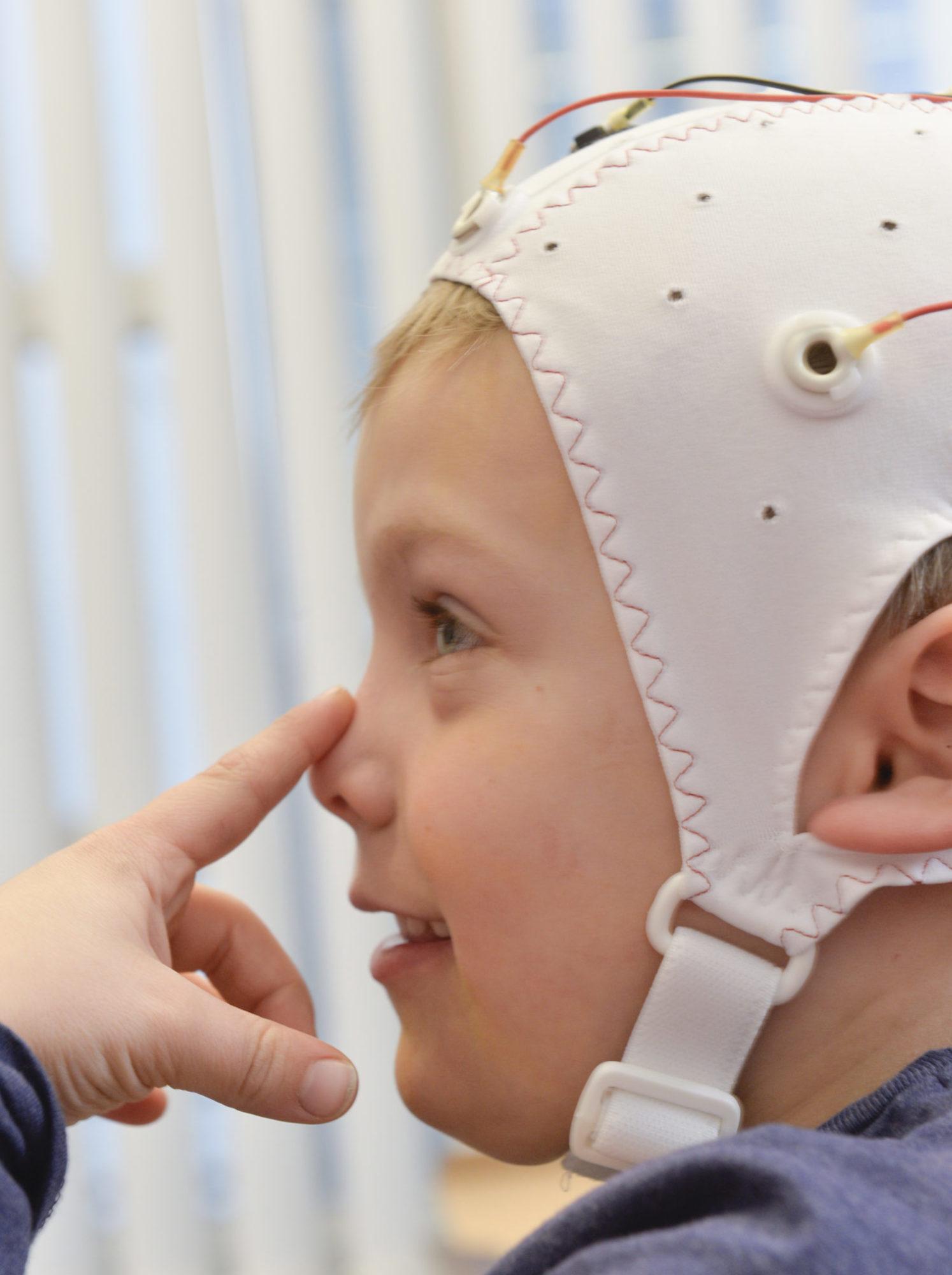 Junge verkabelt Gehirnströme